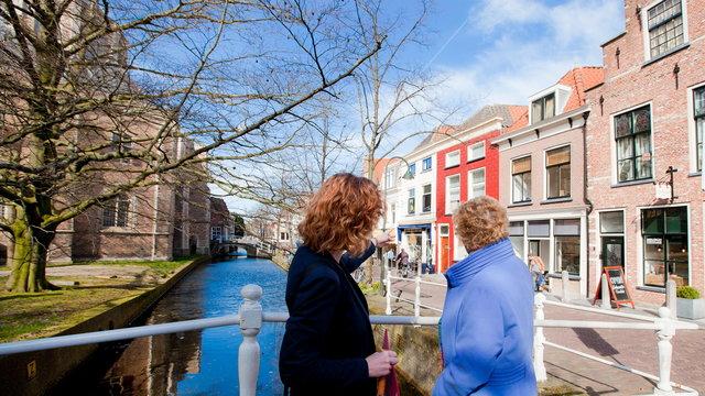Wijzende dame in Delft