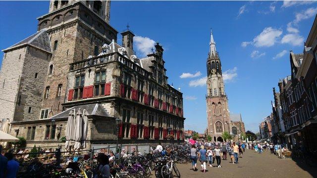 Zonnig plein kerk Delft