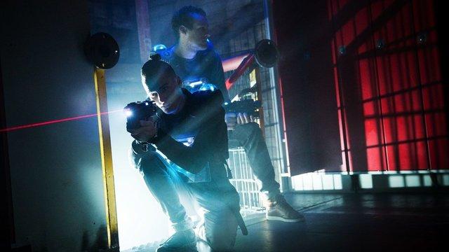 Twee jongens met lasergun