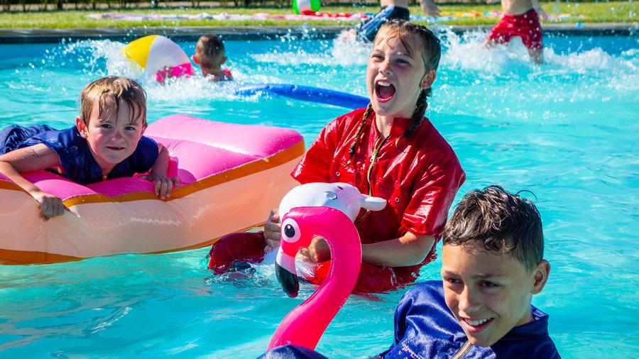 Kinderen in het zwembad bij De Flierefluiter