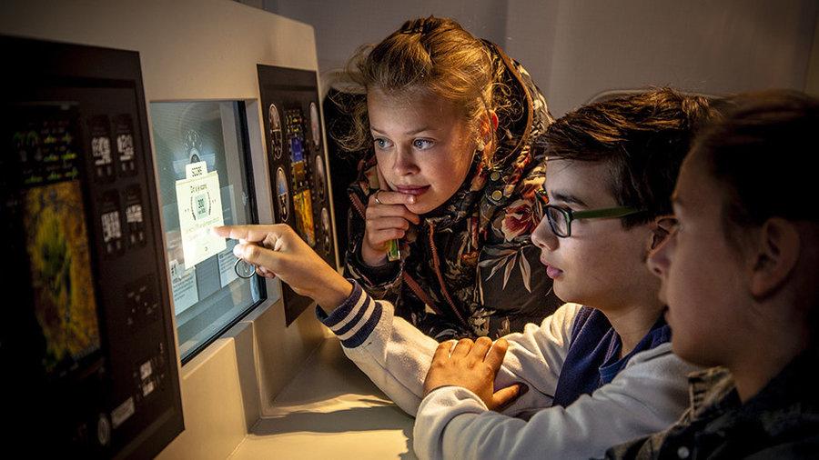 Kinderen die naar een scherm kijken bij Geofort in Herwijnen