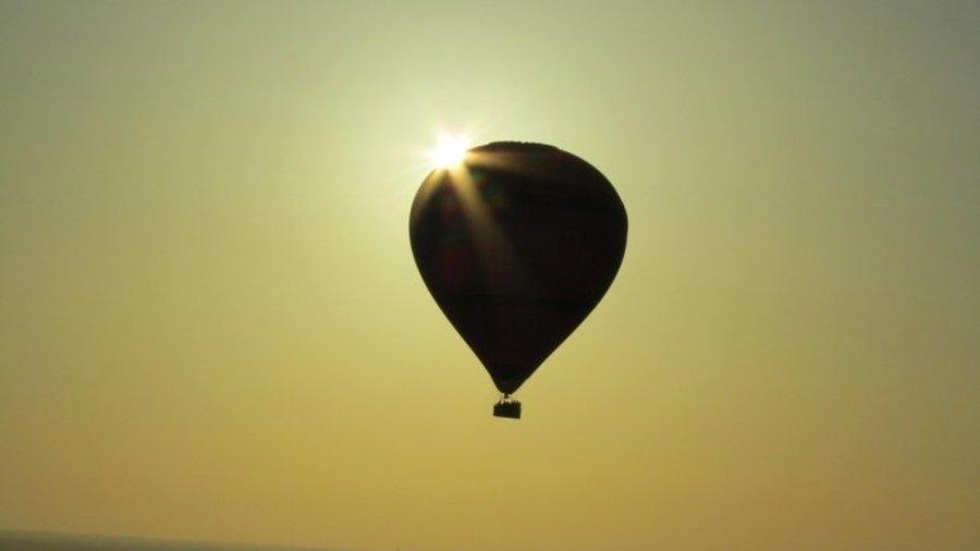 Luchtballonvaart tijdens zonsondergang