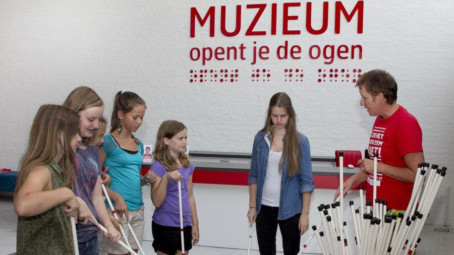 Muzieum stokinstructie van iemand die blind is