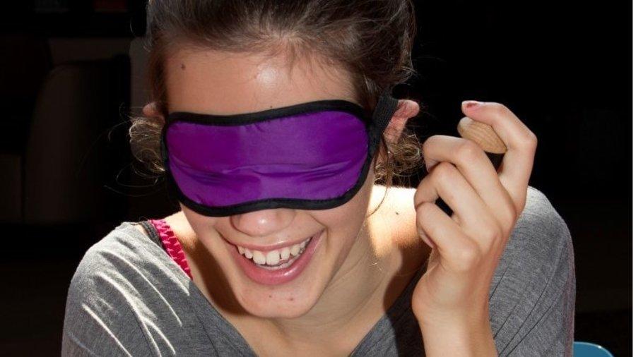 meisje met een masker bij muzieum