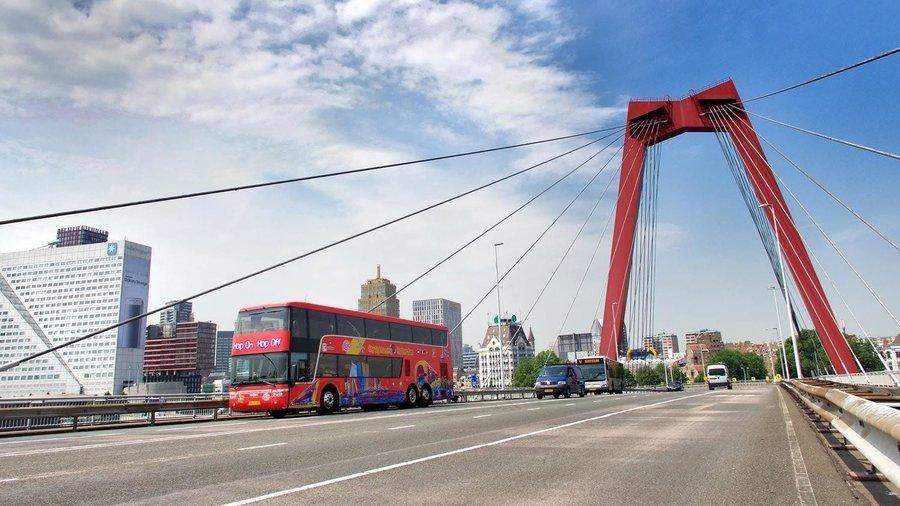 Rijdt over de bruggen van de stad en ontdek Rotterdam tijdens een busrit.