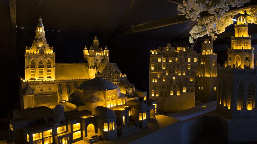 Zandsculpturen verlicht bij nacht in een binnenruimte