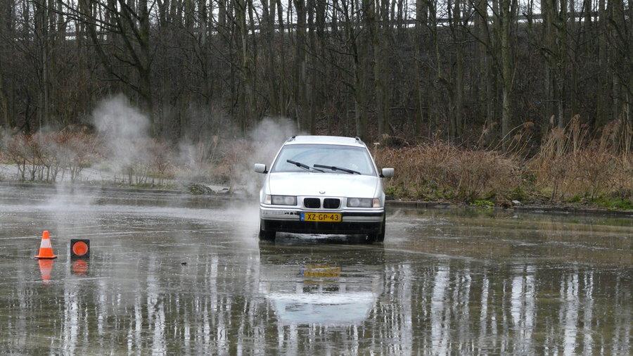 Driftende auto in de regen