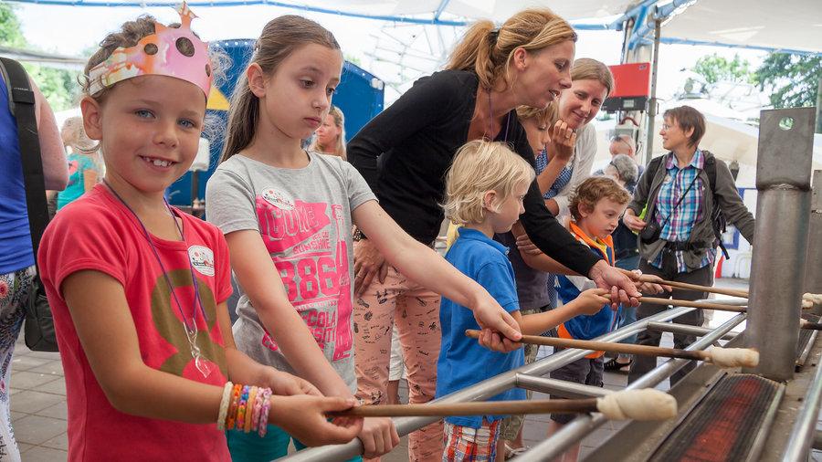 Kinderen die Marshmallows roosteren boven een rooster bij de Spelerij