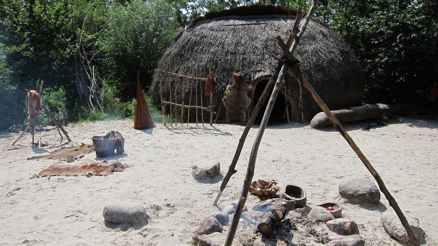Hut met kampvuur bij Archeon