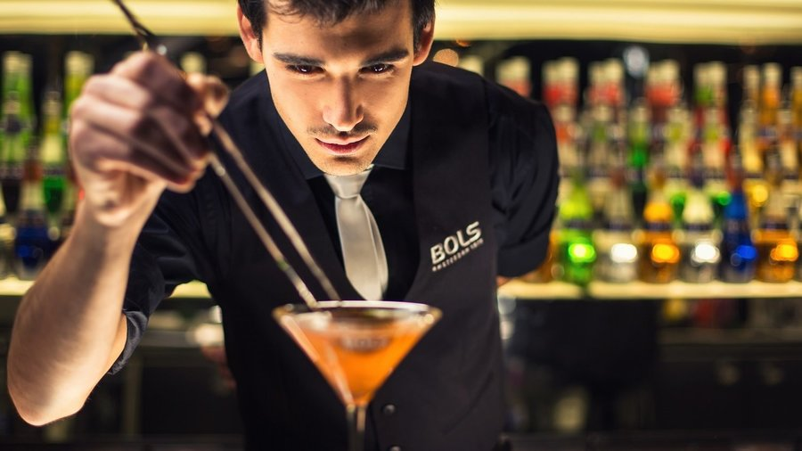 Bartender maakt een cocktail bij Bols
