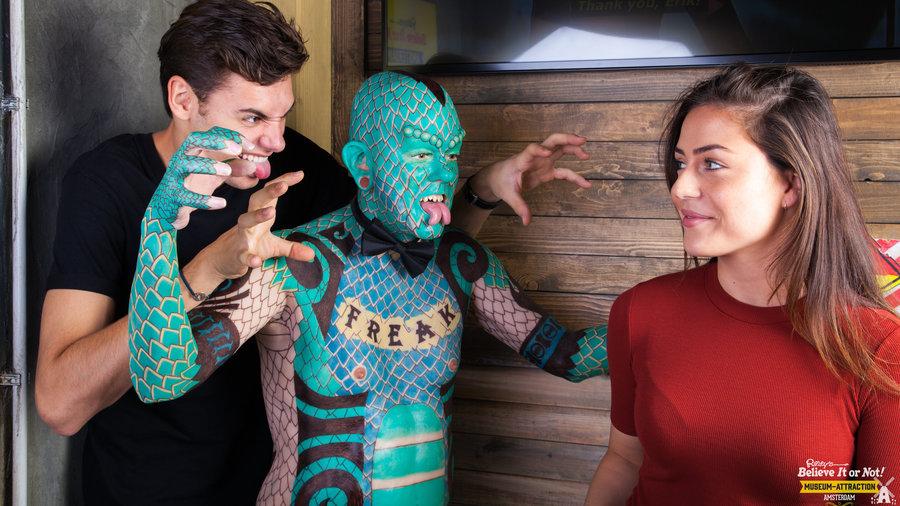 Jongeren bij de Lizard Man in Ripley's Amsterdam