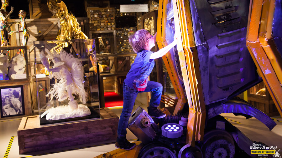 Nieuwsgierig jongetje in Ripley's Amsterdam