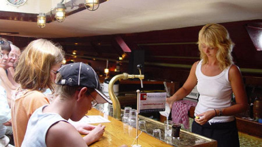 Drink een lekker drankje op het dek van het schip.