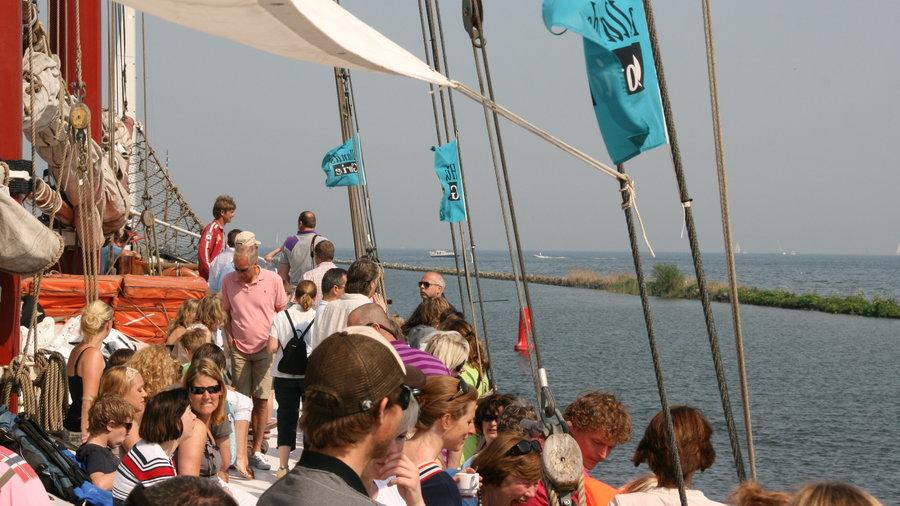 Maak een rondvaart met een groep op een historisch zeilschip.
