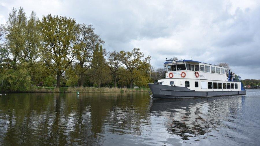 Vaar mee met de boot van Rederij Loosdrecht en verken de Loosdrechtse Plassen.