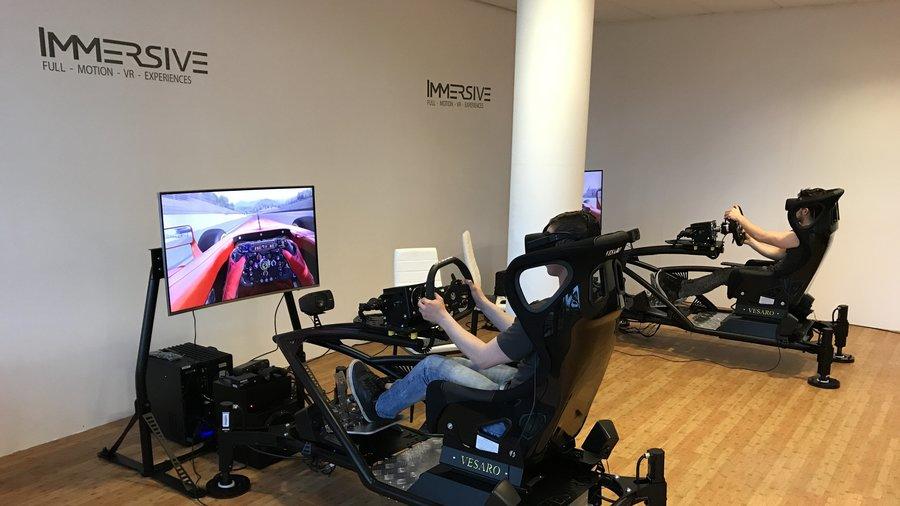 Vrienden racen tegen elkaar in een virtuele wereld in Almere bij Immersive