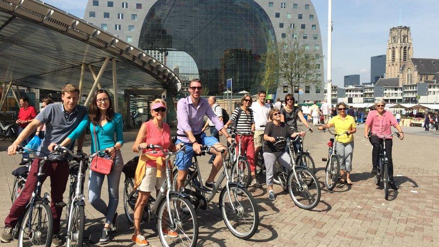 SeeRotterdam fietsgroep bij de Markthal in Rotterdam