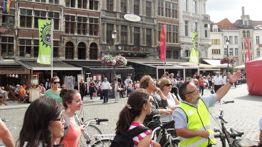 Toeristen met gids in Antwerpen tijdens fietstour Baja Bikes