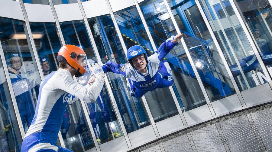 Skydiver met intstructeur in de windtunnel