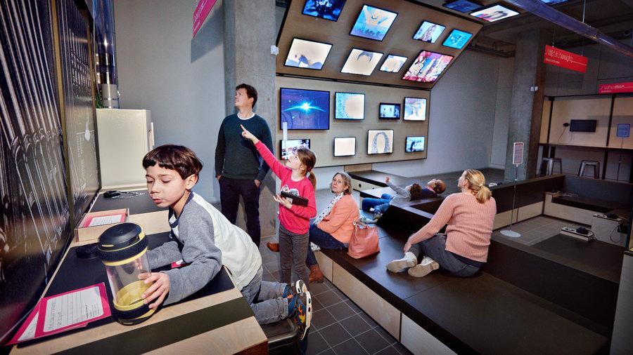 Gezin in COMM - Museum voor Communicatie