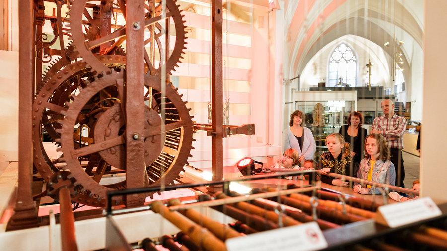 Demonstratie van het carillon tijdens rondleiding in Museum Speelklok
