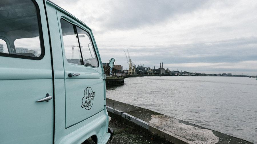 Busje Voyage Locale in de haven van Antwerpen