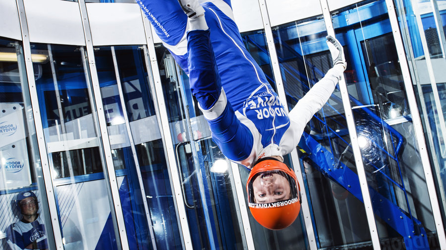 Skydiver op de kop in de windtunnel