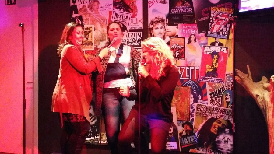 Drie dames hebben lol in de Karaoke Party Room van Jumpers Indoor