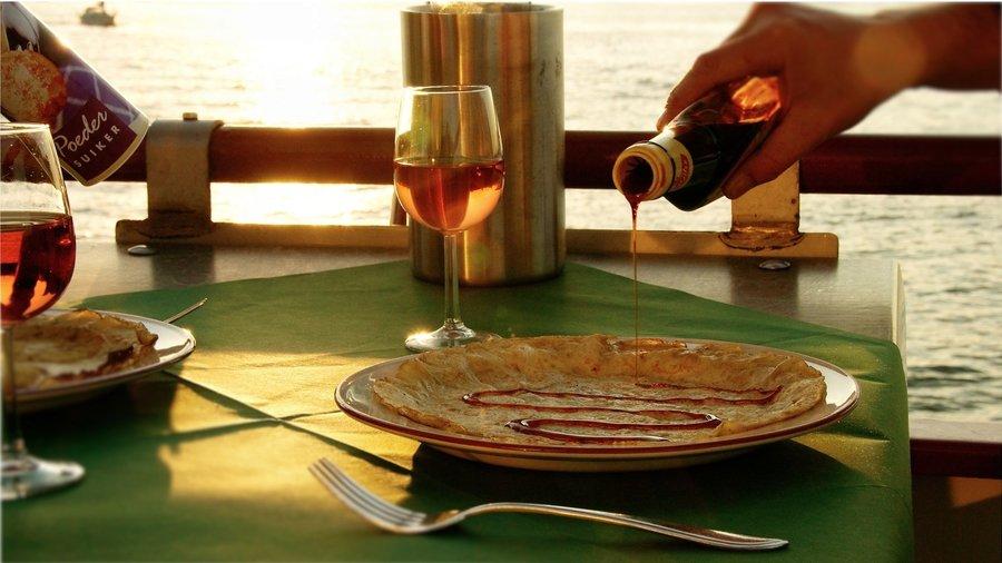 Stroop op een pannenkoek schenken