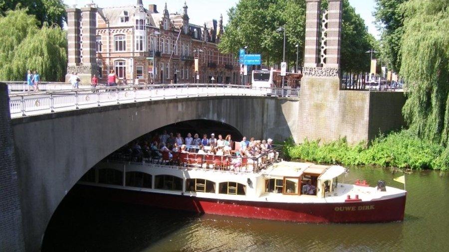 De rondvaartboot van Rederij Wolthuis vaart door de Dommel in Den Bosch