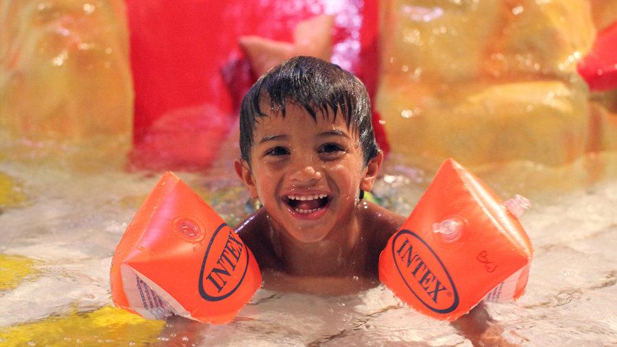 Kind in zwembad bij de bonte wever