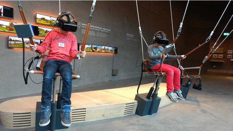 Kinderen met VR brillen in Waterliniemuseum Fort bij Vechten.