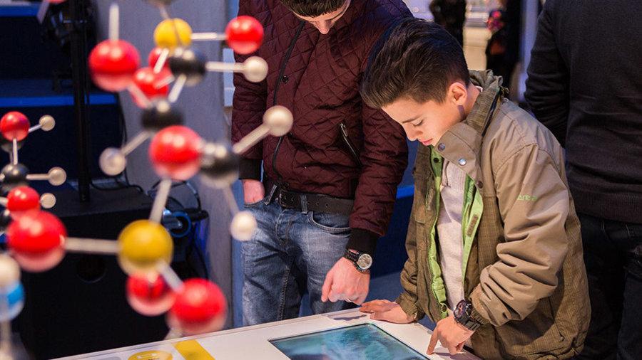 Jongens bekijken expo in Museon Den Haag
