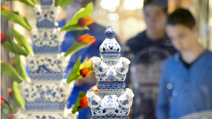Delfts Blauwe vazen bij de Royal Delft Experience