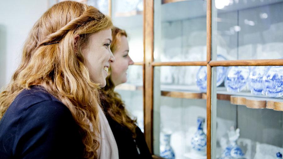 Dames kijken naar Delfts Blauw bij Royal Delft Experience