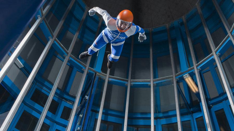 Indoor Skydiver hoog in de windtunnel