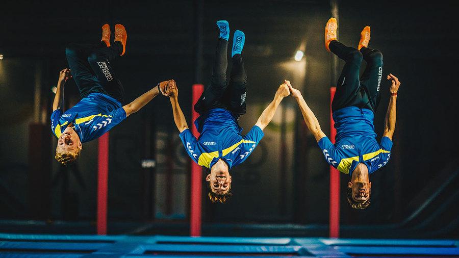 Drie jongens springen op trampoline in Rebound World in Zwolle