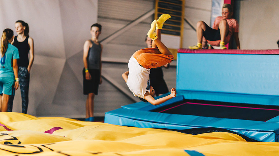 Kind doet salto op trampoline in Rebound World in Zwolle