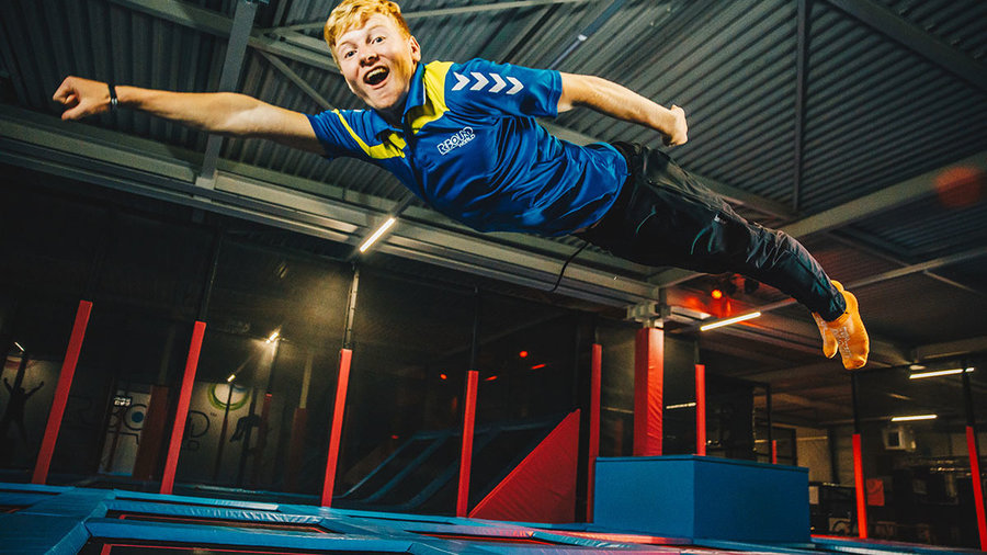 Jongen springt op trampoline in Rebound World in Zwolle