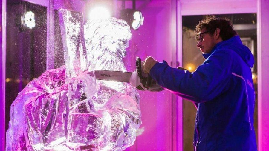 Man maakt ijssculptuur