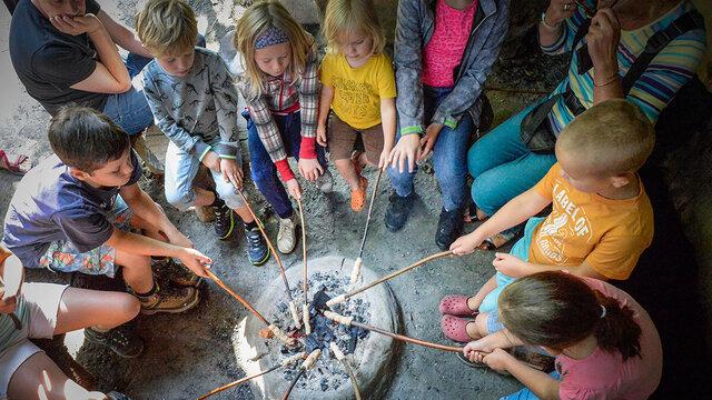 Kinderen bakken broodjes in Archeon