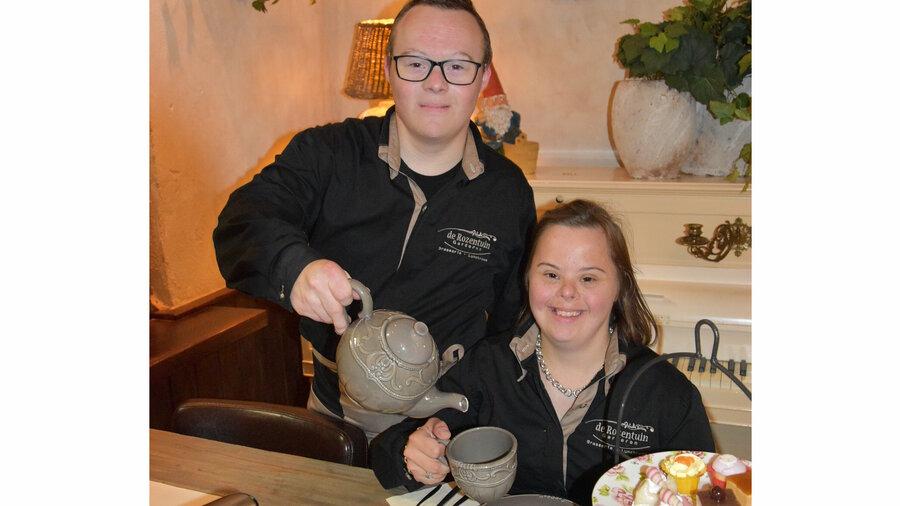 De High Tea wordt opgediend door heel vriendelijk en enthousiast personeel.