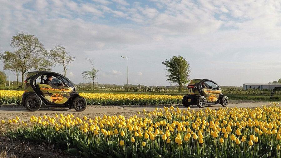 Elektrische Renault Twizy's tussen tulpenvelden