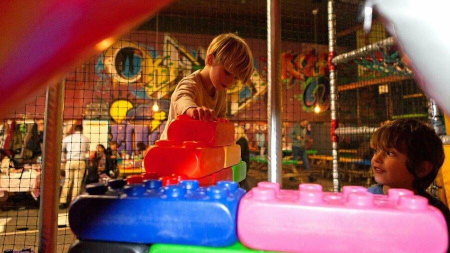 Kinderen spelen met superlego in TunFun Amsterdam
