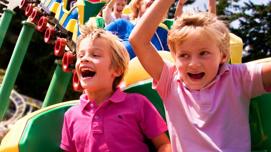 Twee blije jongens in een achtbaan