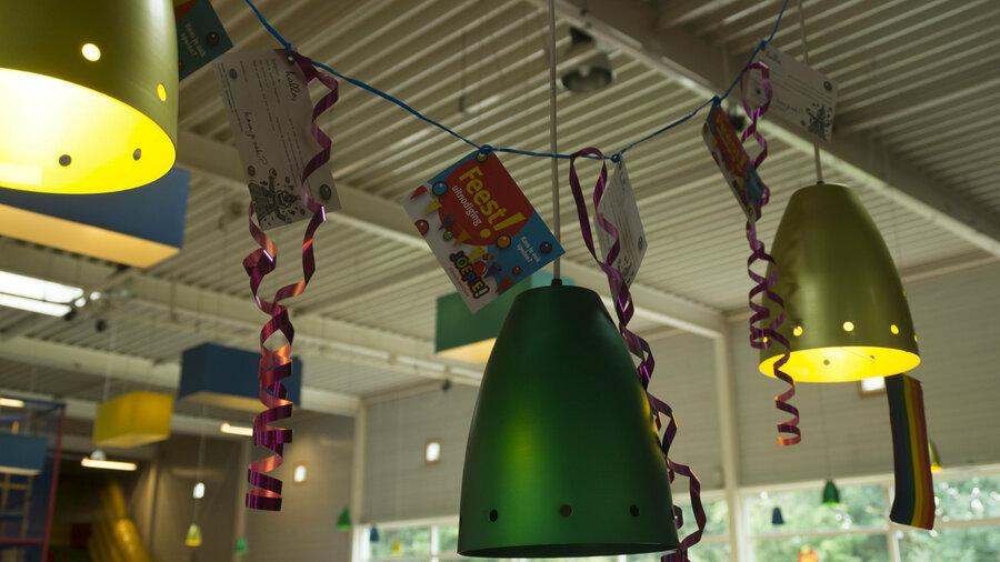 Lampen met slingers en versiering