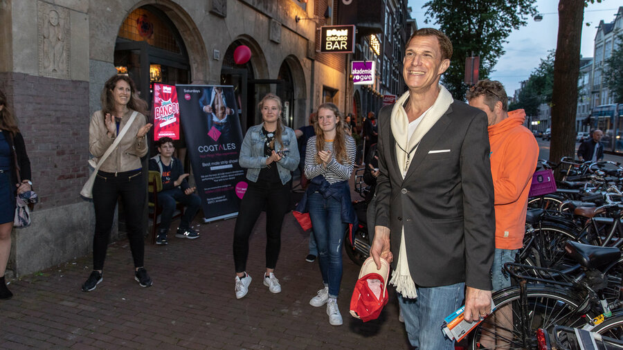 Groep lachende mensen op straat