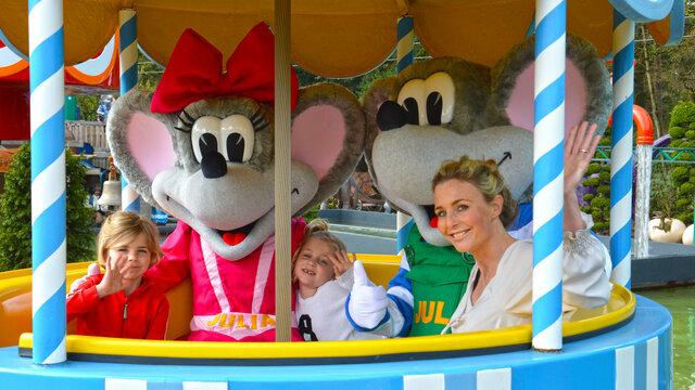 Jut en Julia met kinderen in een attractie