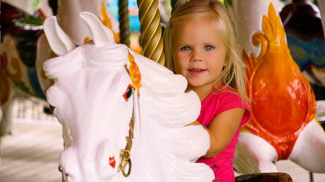 Meisje op paard in draaimolen