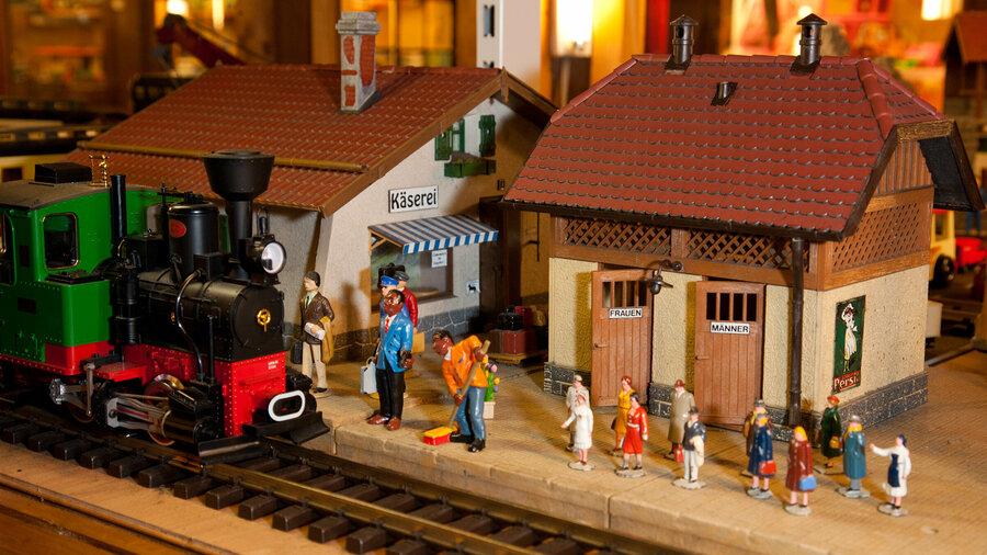 Miniatuur spoorweg met mensen